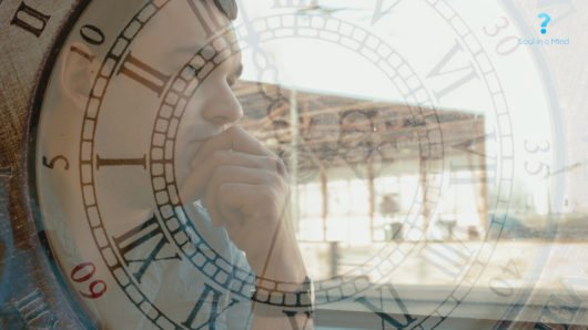 Homme qui pense dans un train horloge du temps.jpg