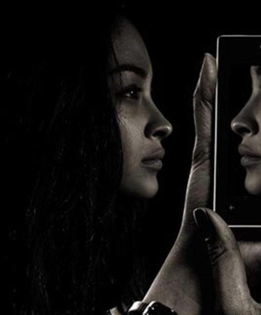femme qui se regarde dans son telephone