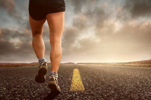 un homme qui court sur la route qui fait Son rituel du matin