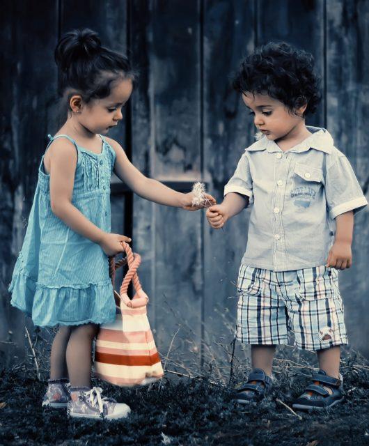 enfants offrir fleur amour
