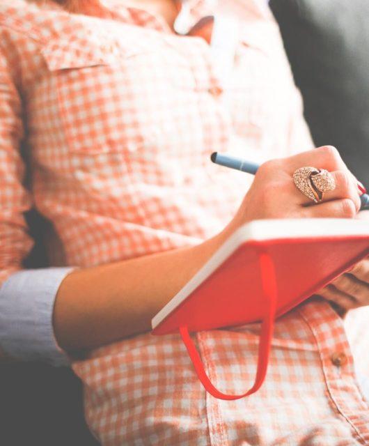Femme qui ecrit sur-son journal