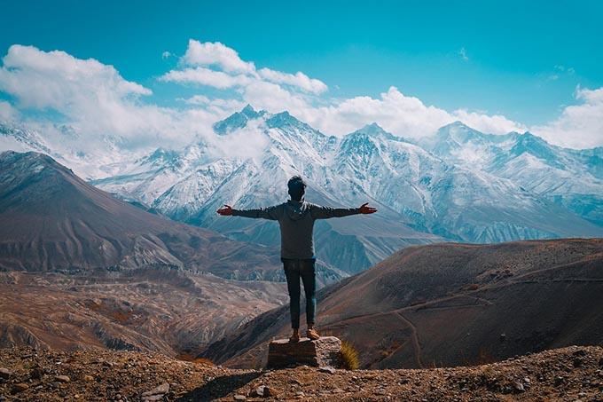 Homme bras ouvert montagne