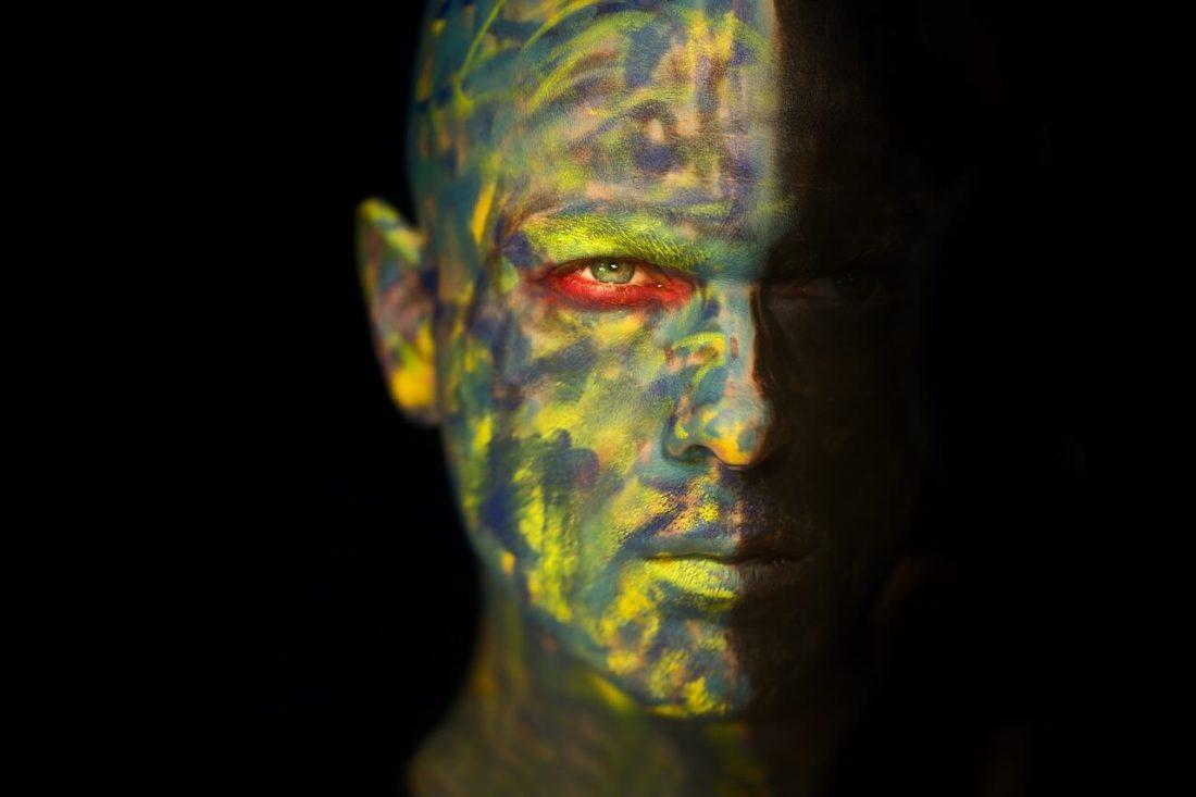 homme visage maquillage moitié colère ombre