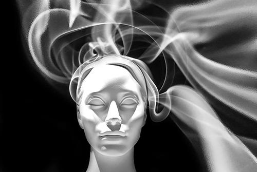 femme yeux fermés fumée énergie méditation
