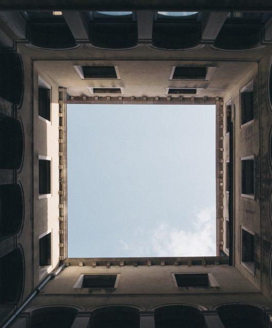 ciel-bleu-bâtiments-la-respiration-au-carré