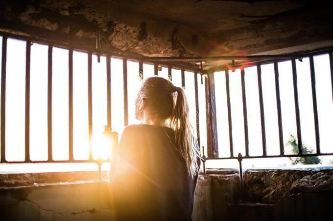 Femme enfermée dans une cage