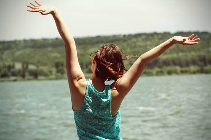 Femme heureuse devant un lac