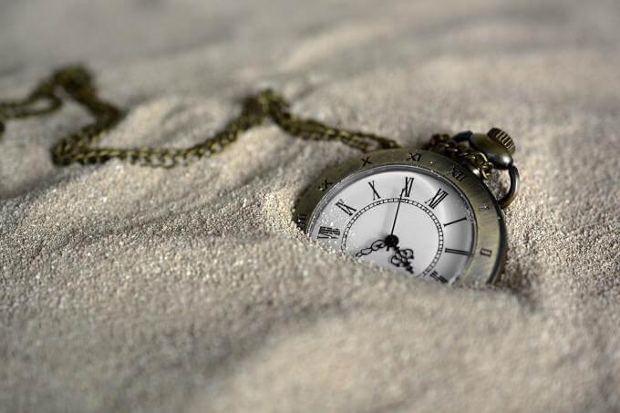 Montre dans le sable pour ne pas s'ennuyer
