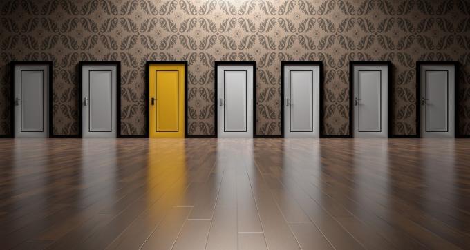 Porte grise et une porte or