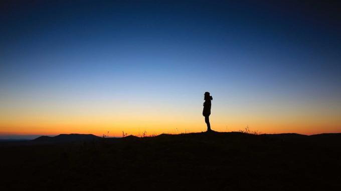 homme qui regarde au loin
