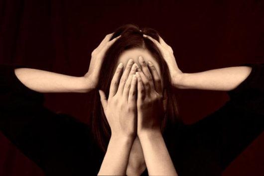 Main femme cacher honte