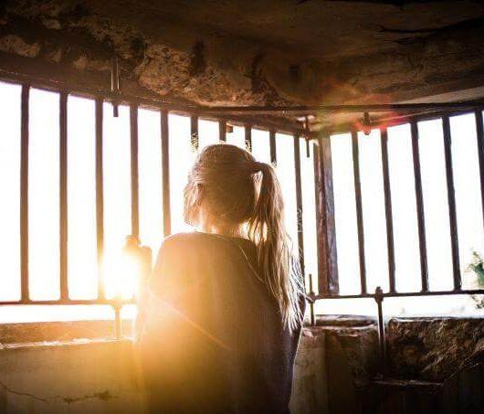 Femme confiner barreau soleil